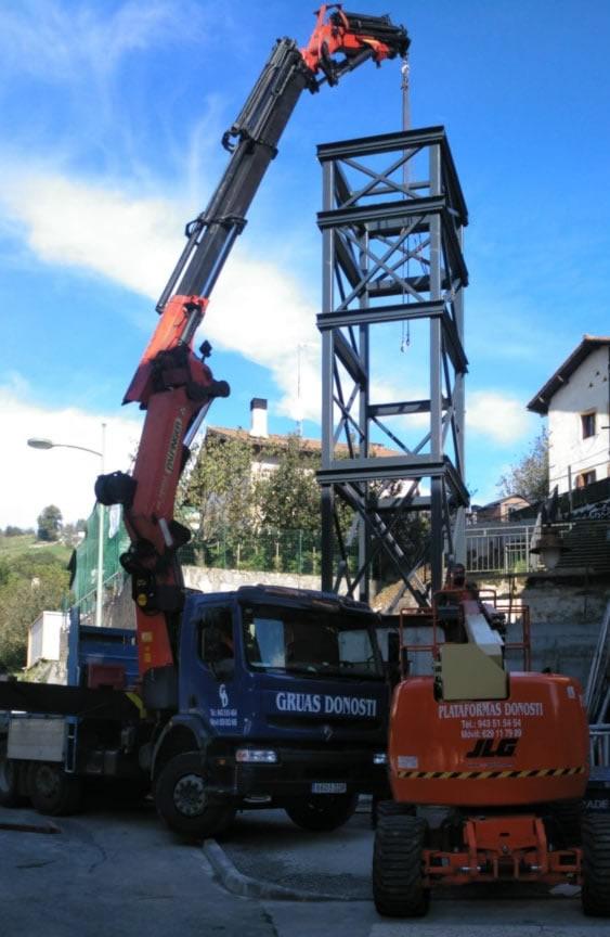 Alquila un camión pluma para elevar y transportar cargas en Donostia y alrededores
